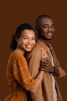 Vue latérale du couple smiley