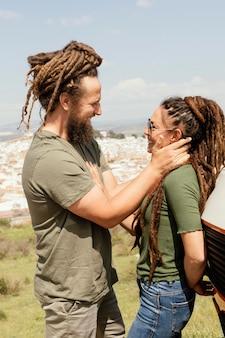 Vue latérale du couple voyageant