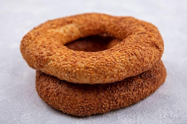 Vue latérale du délicieux et croustillant bagel turc au sésame sur fond blanc