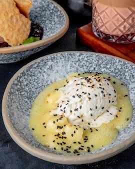 Vue latérale du dessert à la crème glacée