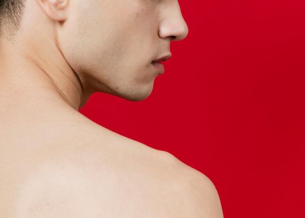 Vue latérale du dos de l'homme avec espace de copie