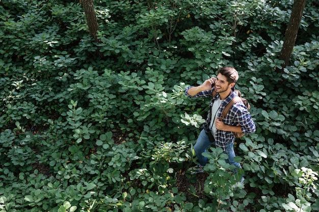 Vue latérale du gars en forêt