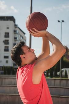 Vue latérale du joueur de basket-ball