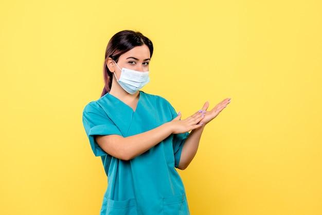 Vue latérale du médecin dans un masque parle de lavage des mains