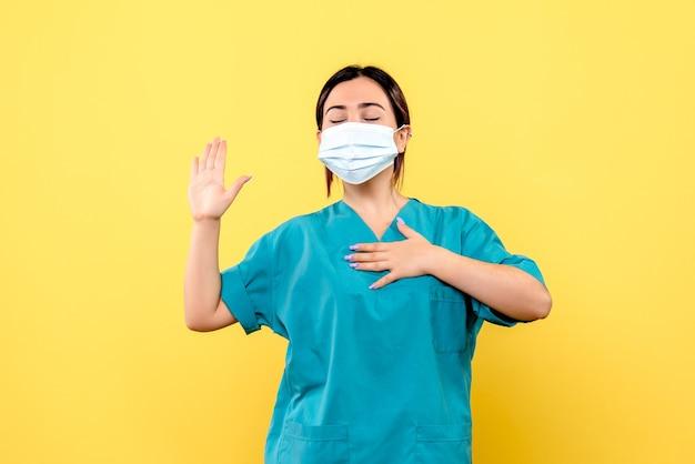 Vue latérale du médecin dans un masque promet de guérir les patients atteints de covid