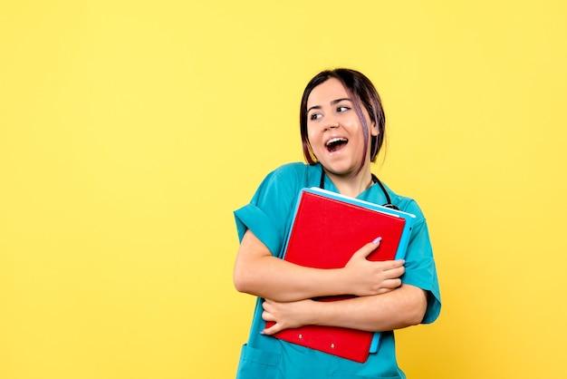 La vue latérale du médecin avec des documents est heureuse de savoir comment guérir le patient