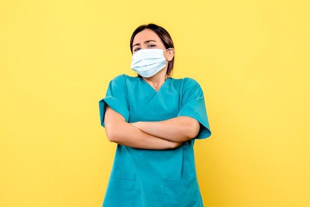 Vue latérale du médecin pense savoir comment guérir les patients atteints de covid