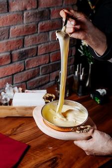 Vue latérale du mélange de gâteau dans un moule à pâtisserie