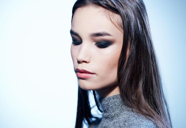Vue latérale du modèle de femme charmante avec maquillage de soirée