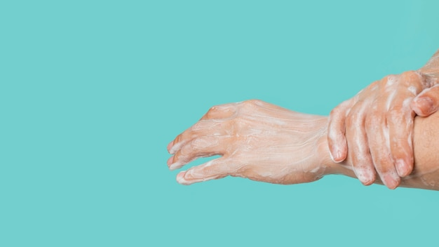 Vue latérale du nettoyage des mains
