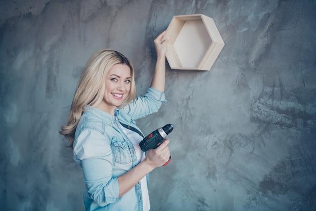 Vue latérale du profil portrait de femme étagère suspendue sur mur gris