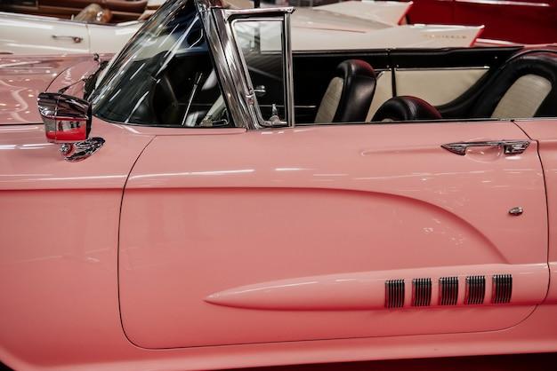 Vue latérale du rare cabriolet rose