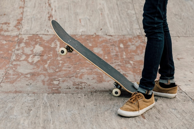 Vue latérale du skateboard sur la rampe
