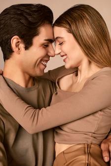 Vue latérale du smiley homme et femme embrassée