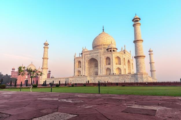 Vue latérale du taj mahal, monument le plus célèbre de l'inde, agra.