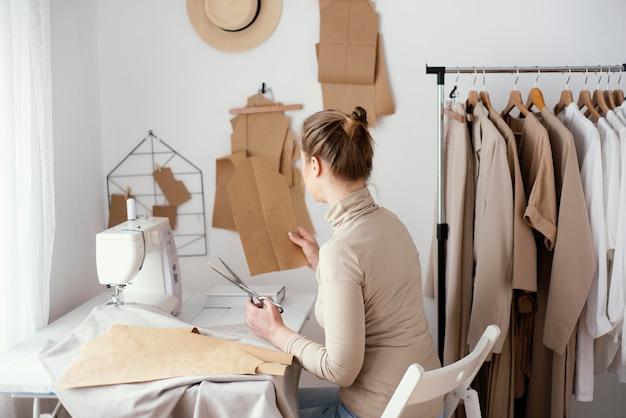 Vue latérale du travail de tailleur féminin