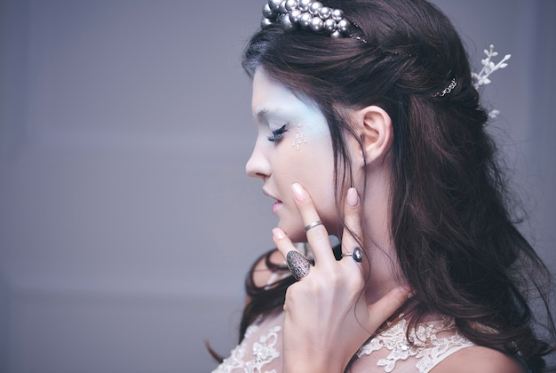 Vue latérale du visage humain de la reine des glaces