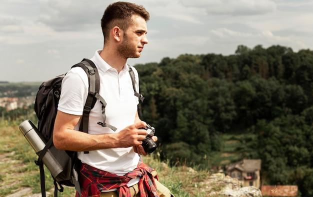 Vue latérale du voyageur prenant des photos