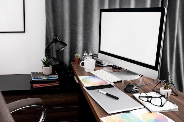 Vue latérale de l'écran de l'ordinateur sur l'espace de travail de bureau