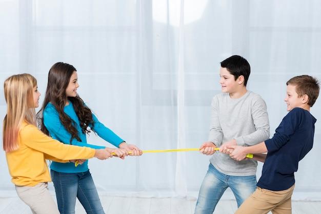 Vue latérale enfants jouant