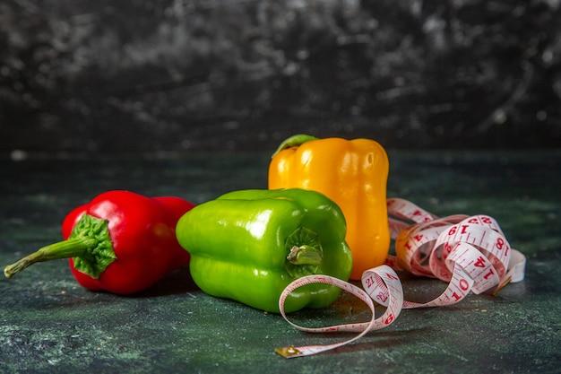 Vue latérale de l'ensemble des légumes biologiques frais sur fond de couleurs mix avec espace libre