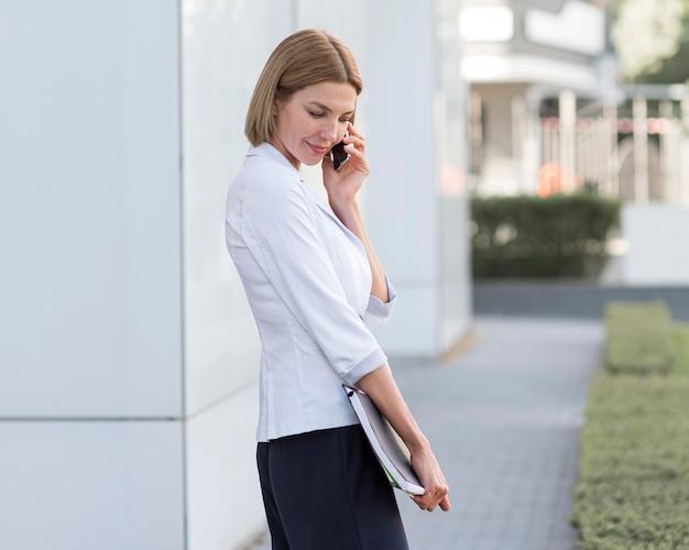 Vue latérale de l'entrepreneur parlant au téléphone
