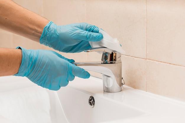 Vue latérale de l'évier en cours de désinfection