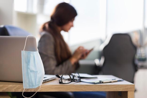 Vue latérale d'une femme d'affaires défocalisée au bureau