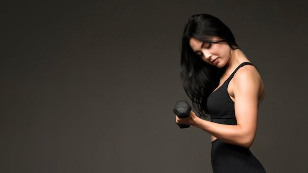 Vue latérale, femme, formation, mains, poids