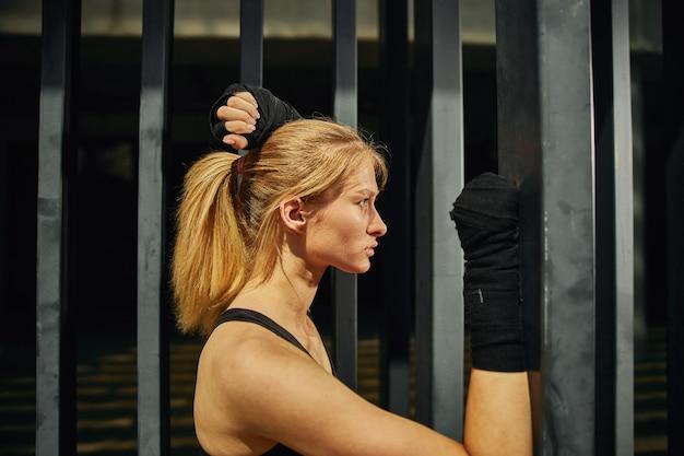 Une vue latérale d'une femme en forme qui va pratiquer des séances d'entraînement