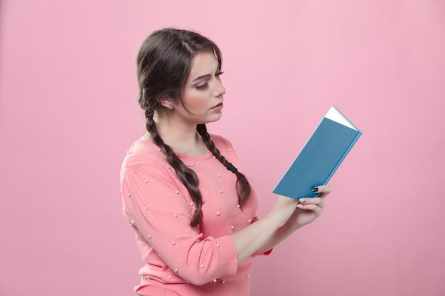 Vue latérale d'une femme lisant un livre