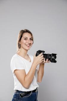 Vue latérale d'une femme photographe avec espace copie