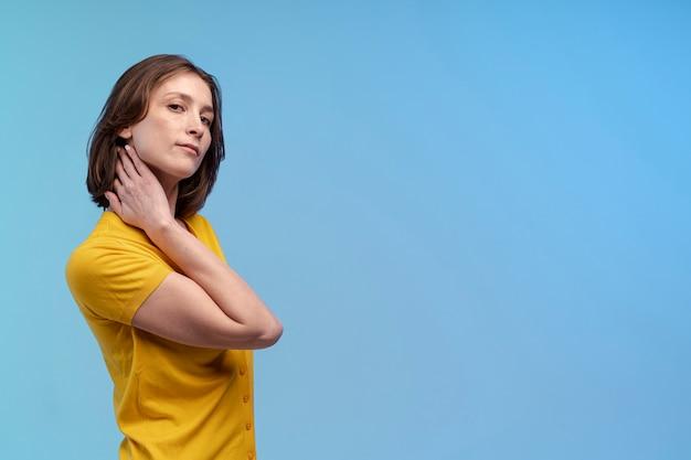 Vue latérale d'une femme posant magnifiquement avec copie espace