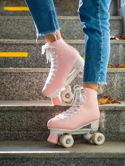 Vue latérale d'une femme posant avec des patins à roulettes
