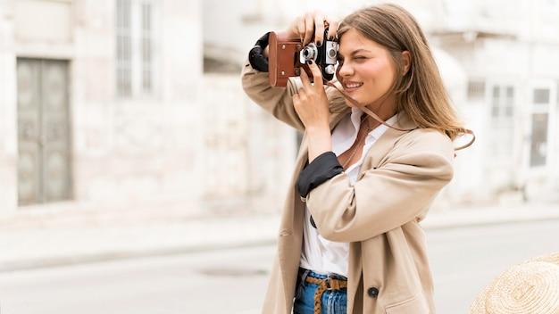Vue latérale femme prenant des photos