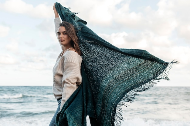Vue latérale d'une femme profitant de son temps à la plage