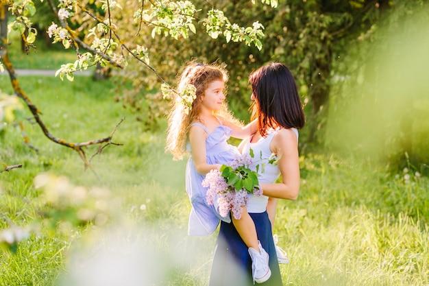Vue latérale d'une femme avec sa fille dans le parc