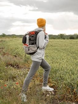 Vue latérale femme avec sac à dos