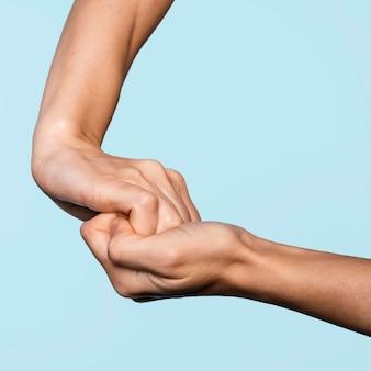 Vue latérale femme se laver les mains isolé sur bleu