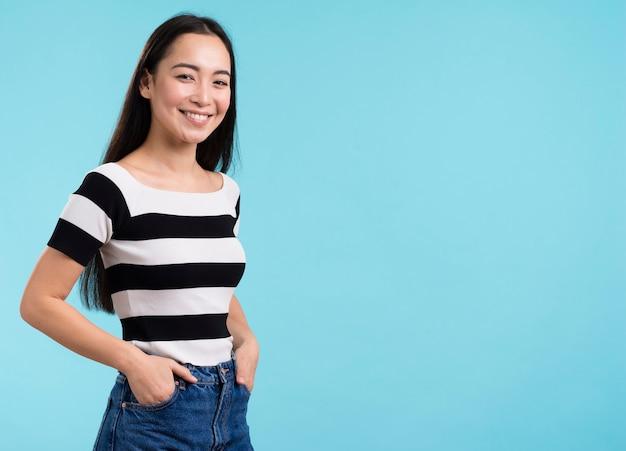 Vue latérale femme smiley avec copie-espace