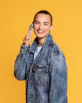 Vue latérale d'une femme souriante parlant sur smartphone