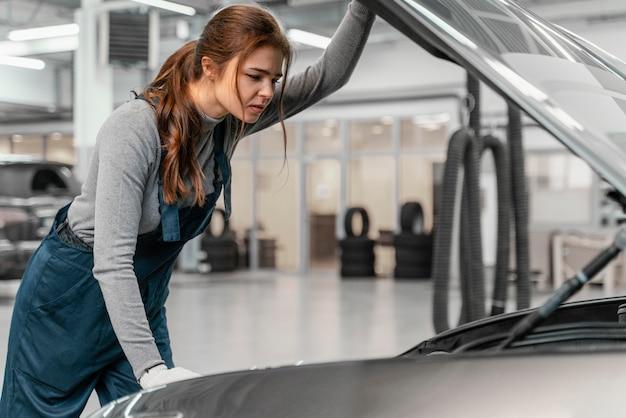 Vue latérale femme travaillant dans un service de voiture