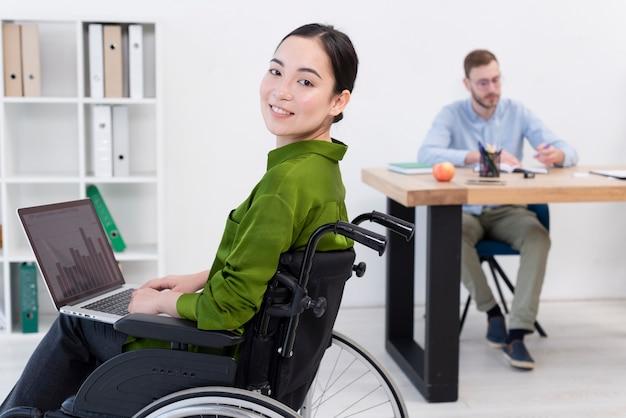 Vue latérale femme travaillant sur ordinateur portable