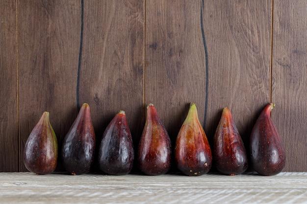 Vue latérale des figues de mission sur table en bois. espace horizontal pour le texte