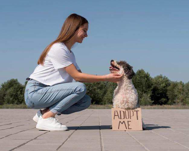 Vue latérale fille caresser chien mignon