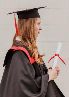 Vue latérale fille diplômée