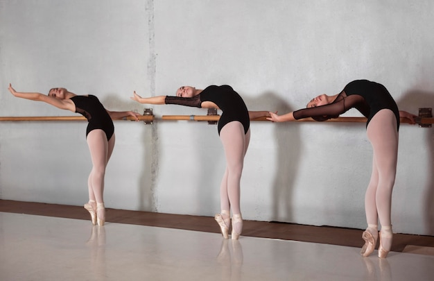 Vue latérale de la formation de ballerines professionnelles avec des chaussures de pointe