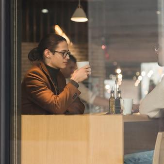 Vue latérale les gars dans un café
