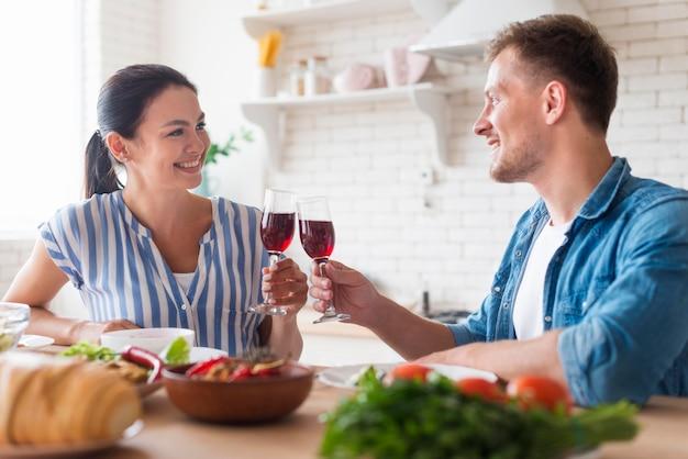 Vue latérale des gens tenant des verres à vin