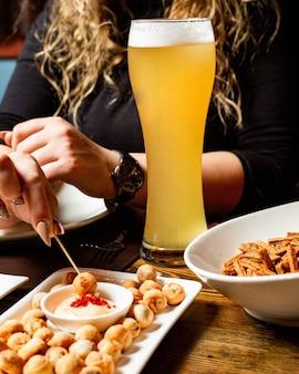 Vue latérale d'un grand verre avec de la bière légère